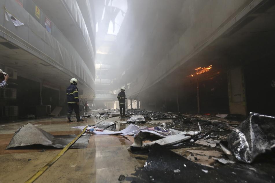 Feuerwehrleute während der Löscharbeiten im Sunrise Hospital. Das private Krankenhaus behandelt Corona-Patienten.