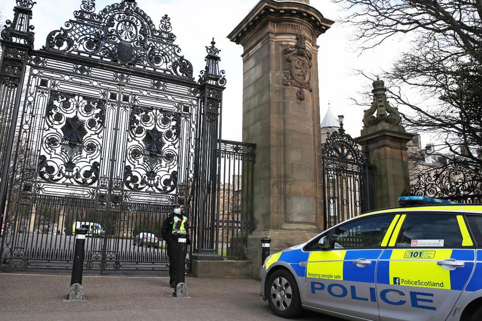"""Die Polizei rückte am Mittwoch zum Holyrood-Palast aus, nachdem ein """"verdächtiges Objekts"""" in der offiziellen Residenz der Queen (94) in Schottland entdeckt wurde."""