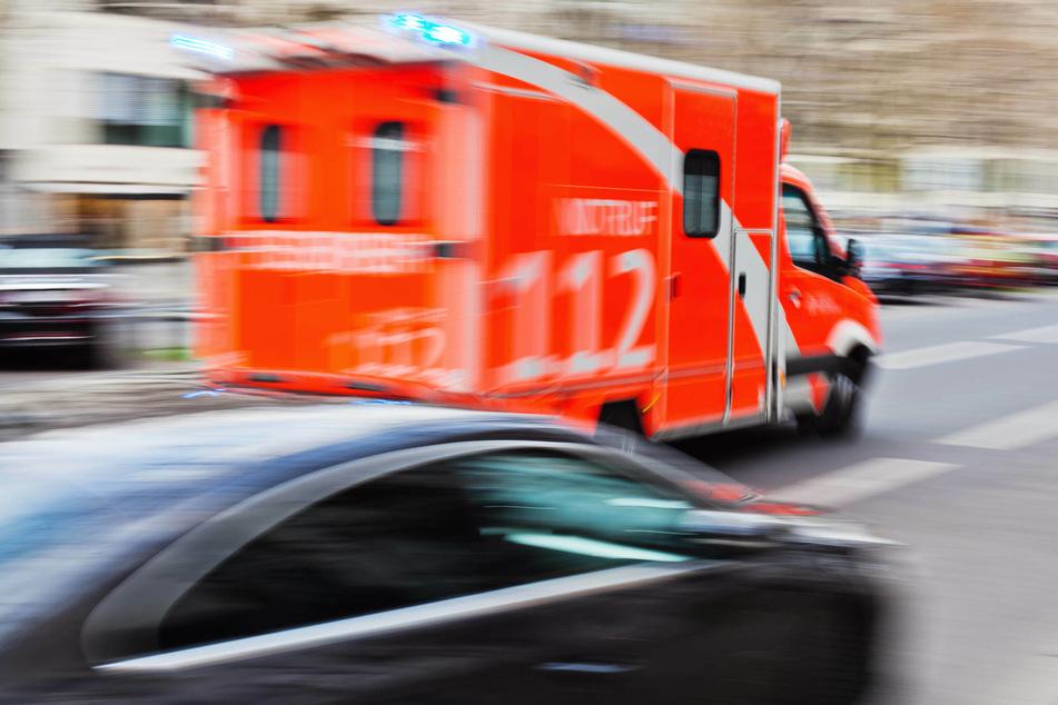 Ein Motorradfahrer (16) ist am Samstagabend bei einem Unfall in Pulheim (Rhein-Erft-Kreis) schwer verletzt worden. Rettungskräfte brachten ihn in eine Klinik. (Symbolbild)