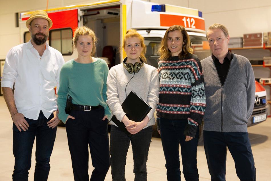 Nicht nur die Ermittlerinnen Cornelia Gröschel (2.v.l.) und Karin Hanczewski (2.v.r.) stehen vor der Kamera von Lars R. Liebold (l.). Regisseurin Isabel Braak (Mitte) holte sich auch Torsten Ranft (r.) ins Team.
