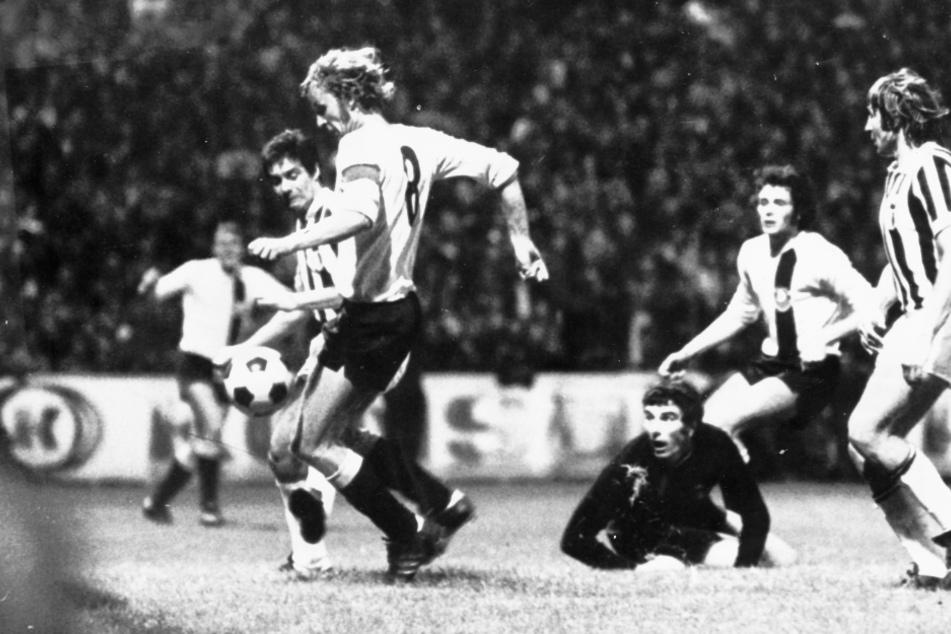 """""""Hansi"""" Kreische (l.) schießt im September 1973 das 1:0 gegen Juventus Turin im Europapokal der Landesmeister. Dino Zoff hat das Nachsehen. Dynamo gewann 3:0."""