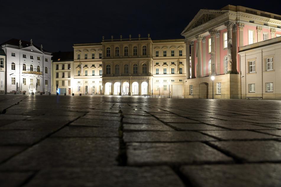 Der Alte Markt vor dem Potsdam-Museum (l.) und dem Museum Barberini (m.) ist am frühen Abend menschenleer.