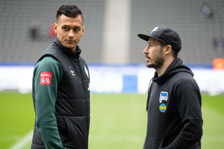 Mathew Leckie (r) von Hertha unterhält sich vor dem Spiel mit Davie Selke von Bremen.