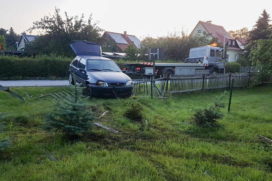 Nachdem die beiden Mädchen mit einem Ford Fiesta durch einen Zaun gebrettert waren, ließen sie das Fahrzeug zurück und wollten flüchten.