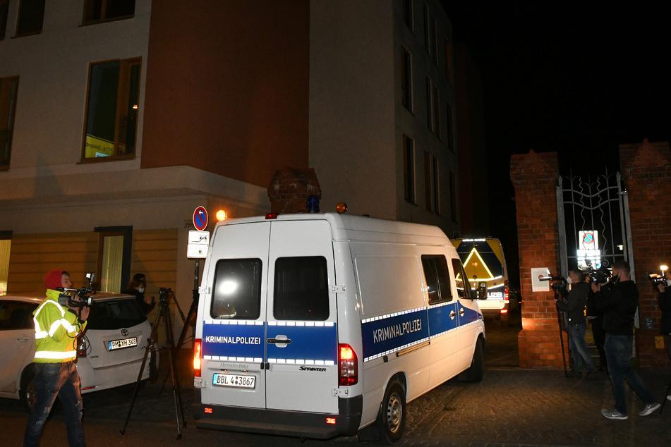 Das Einsatzfahrzeug der Kriminaltechnik der Polizei fährt an Journalisten vorbei auf ein Klinikgrundstück in Potsdam.