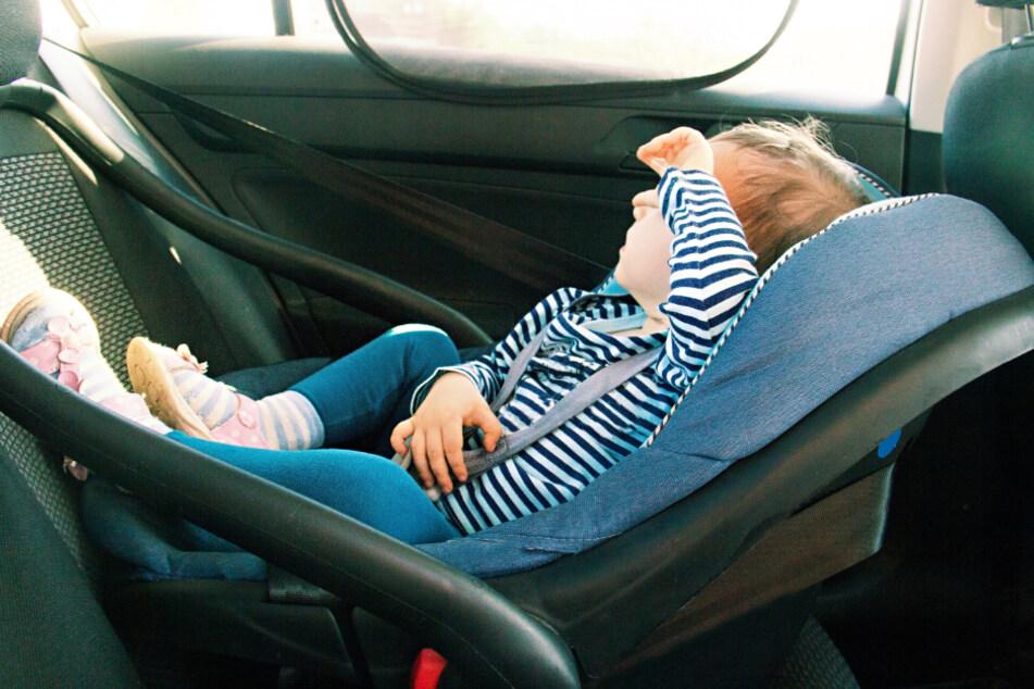 Baby versehentlich in Auto eingeschlossen: Polizei rückt an