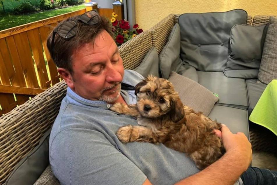 Auf Schnupperkurs: Thomas Böttcher (55) kuschelt mit seiner Neuen - dem Hundemädchen Lilu.