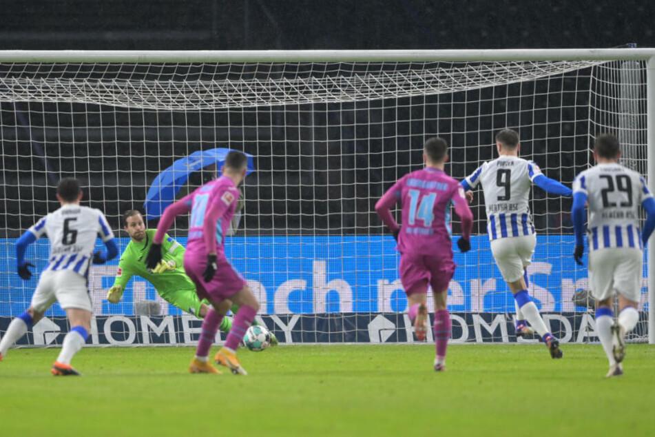 Krzysztof Piatek (2.v.r.) verschießt den Elfmeter, der die Führung für Hertha BSC bedeutet hätte.