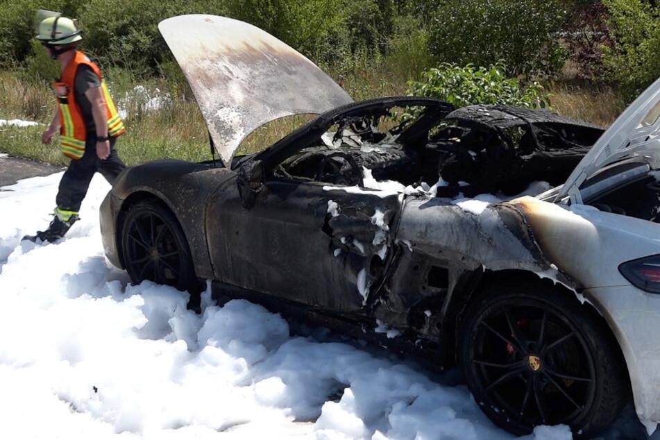 Von dem Sportwagen blieb nur ein Wrack übrig.