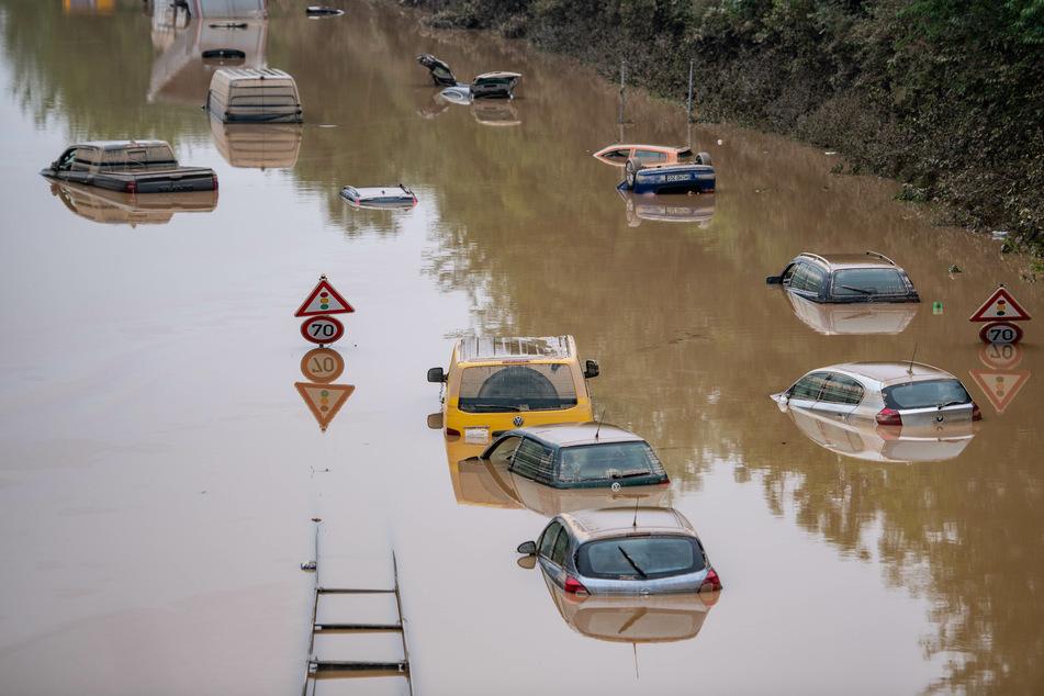 Schwimmende Autos: Bundesstraße bei Erftstadt bald wieder befahrbar