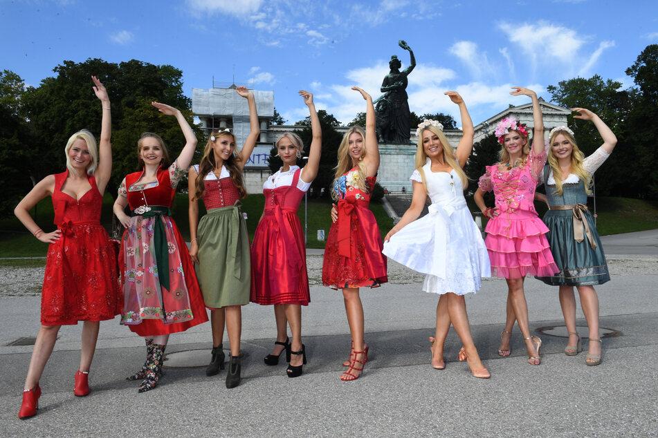 Die Models Yvonne Marwan (l-r), Sabrina Kohler, Miriam Franz, Leonie Splitter, Celine Mattle, Christine Bein, Julia Broers und Liana Sehley stehen beim Dirndlgipfel auf der Theresienwiese vor der Bavaria.