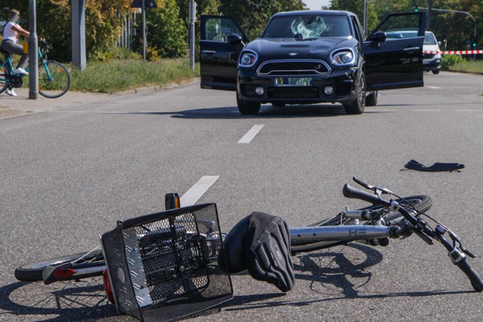 Radfahrer wird von Auto erfasst und schwer verletzt