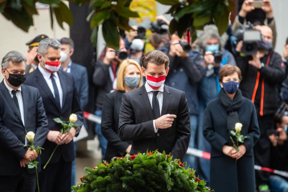 Sebastian Kurz (ÖVP,M), Bundeskanzler von Österreich, nimmt mit weiteren hochrangigen Regierungsmitgliedern an einer Kranzniederlegung am Tatort nach dem Terroranschlag teil.