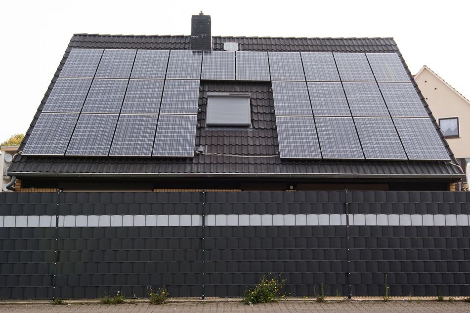 Eine Solaranlage ist auf dem Dach eines Einfamilienhauses befestigt.