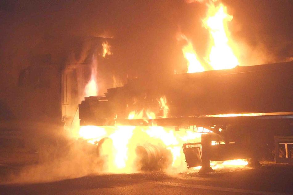 60-Tonner steht auf der A4 bei Ottendorf-Okrilla plötzlich in Flammen