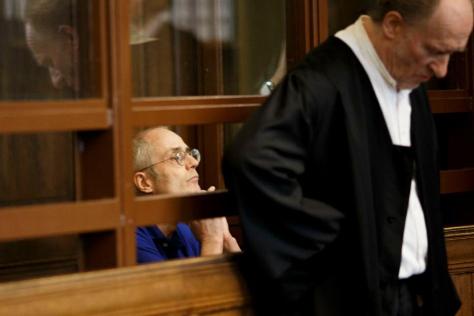Der 57-jährige Angeklagte sitzt hinter Eckart Wähner (r), Verteidiger, vor dem Prozessauftakt um die tödliche Messerattacke gegen Fritz von Weizsäcker, Sohn des früheren Bundespräsidenten R. von Weizsäcker