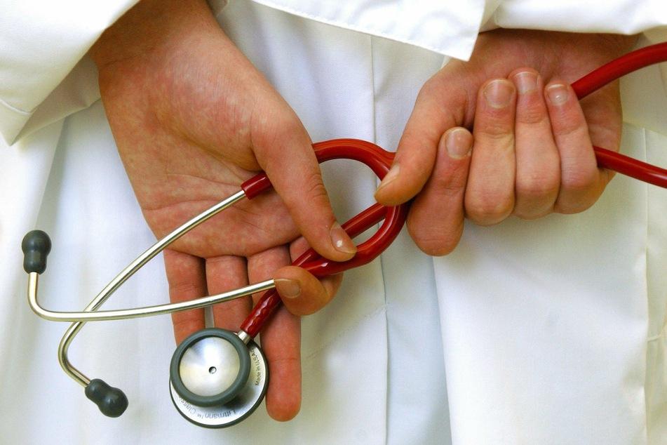 Der 32 Jahre alte Mediziner sei am Montag festgenommen worden, heißt es. (Symbolbild)