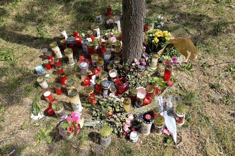 Kerzen und Blumen liegen am Fundort der Leiche des erst 13 Jahre alten Mädchens.