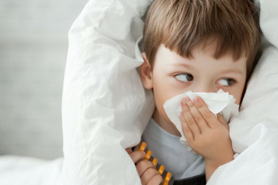 Ein Kleinkind schnaubt sich die Nase. Kinder mit Schnupfen dürfen mittlerweile trotz Corona wieder Schulen und Kitas besuchen. (Symbolfoto)