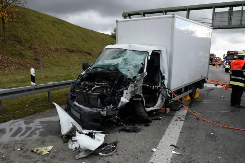 Schwerer Unfall auf A99 bei München: Kleintransporter kracht in Stauende