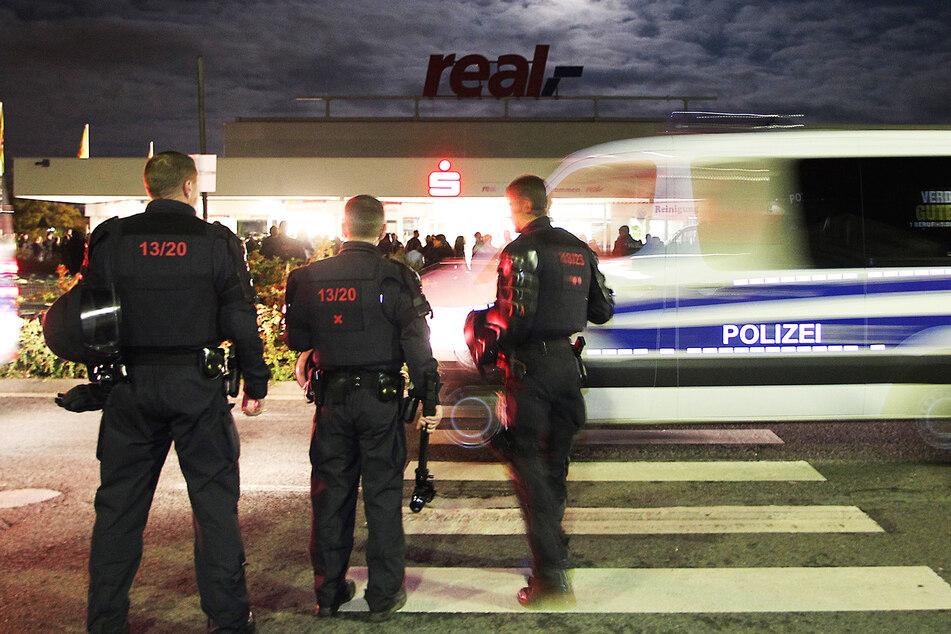 Schlägerei mit drei Verletzten: Pärchen spaziert, dann wird es von Jugendlichen attackiert