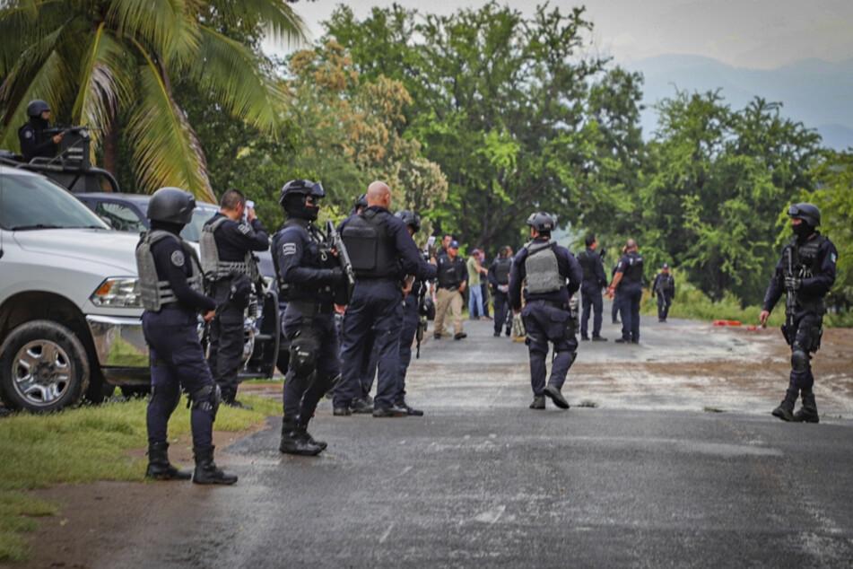 Mexiko: Polizisten sichern eine Straße bei Aguililla. (Symbolbild)