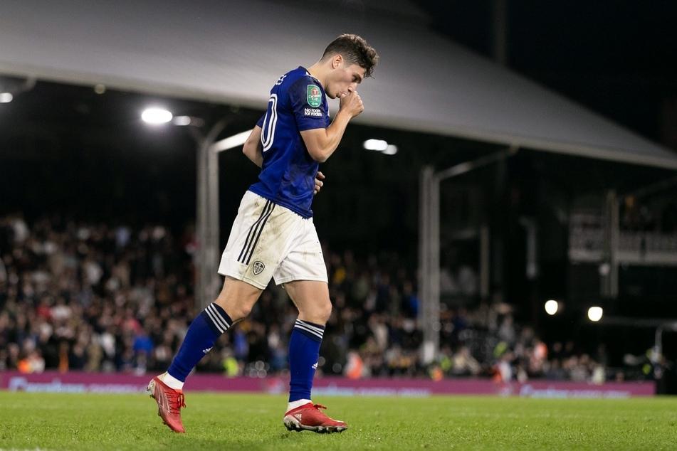 Was für ein irrer Tag: Um kurz vor 22 Uhr trifft Daniel James (23) zum zwischenzeitlichen 2:0 im Elfmeterschießen gegen den FC Fulham. Der Daumen im Mund hat eine spezielle Bedeutung.