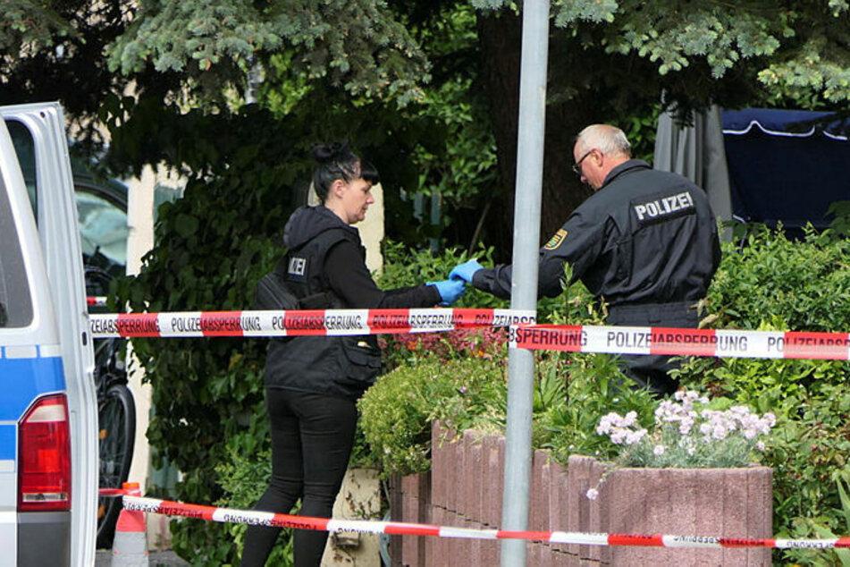 Am Tatort der Messerstecherei zu Himmelfahrt 2019 in Wurzen sichern Kriminalisten Spuren.