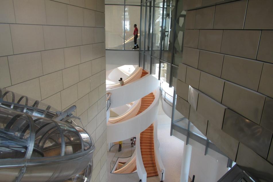 Architektur vom Feinsten: der Turm wurde von dem kanadisch-amerikanischen Architekten F. Gehry entworfen.