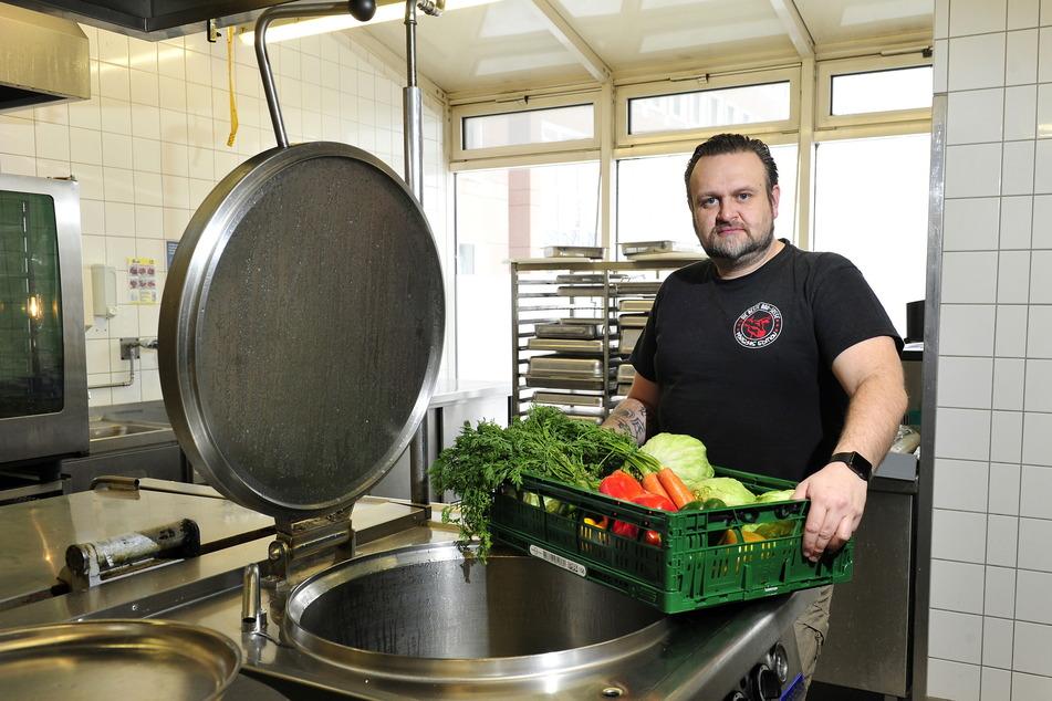 Der Erzgebirger bringt einen Korb voller frischem Gemüse in die Küche.