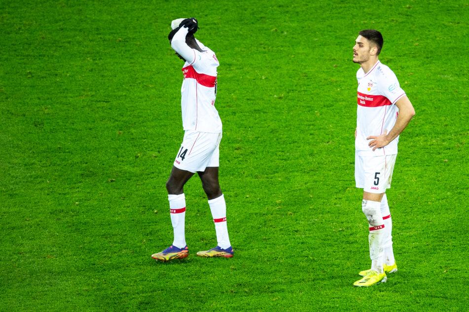 Stehen nach der Pleite enttäuscht auf dem Rasen: Die VfB-Stars Silas Wamangituka (21) und Konstantinos Mavropanos (22).