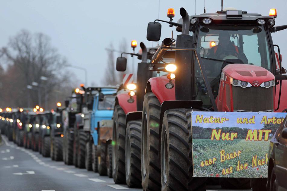 Verkehr lahmgelegt: Hunderte Bauern demonstrieren mit Traktor-Korsos