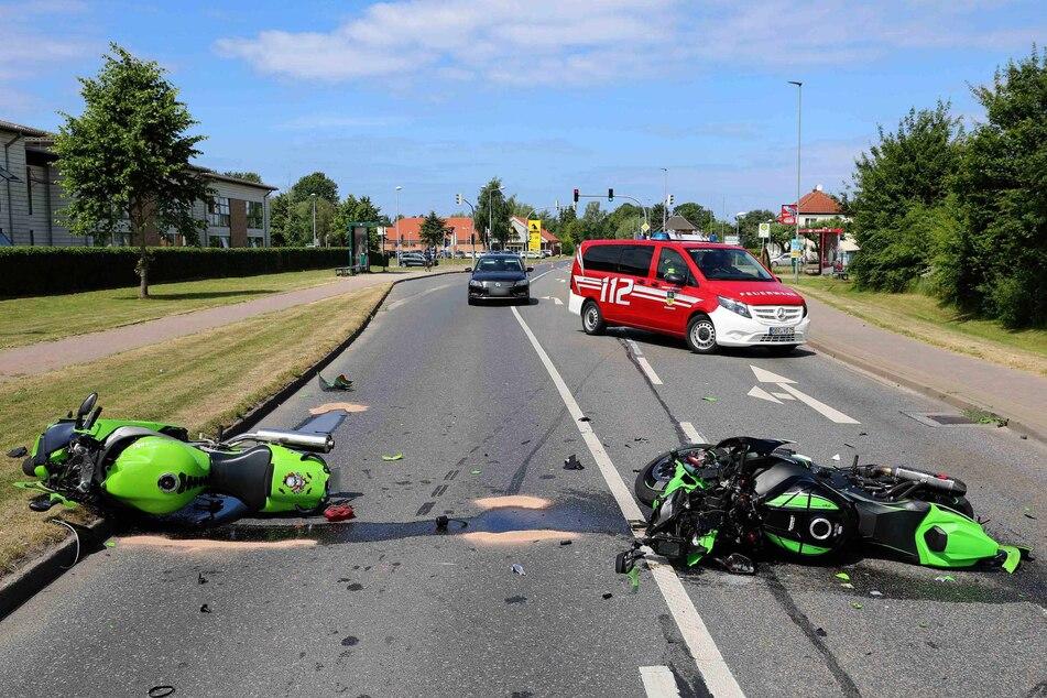 Die Motorräder liegen nach dem Unfall auf der Straße.