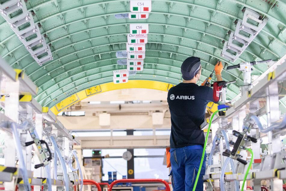 Ein Airbus-Techniker arbeitet in einem Rumpfsegment in der Strukturmontage der Airbus A320 Familie in Hangar 245 im Airbus Werk in Finkenwerder.