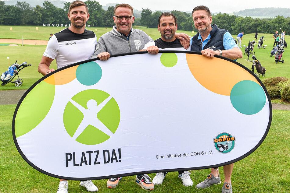 Benni Kirsten (34, v.l.), Nico Rolfs (53, GoFus e.V.), Ex-Fußballer Ulf Kirsten (55) und Hoteldirektor Marten Schwass (61) sammeln Spenden für einen Bolzplatz.