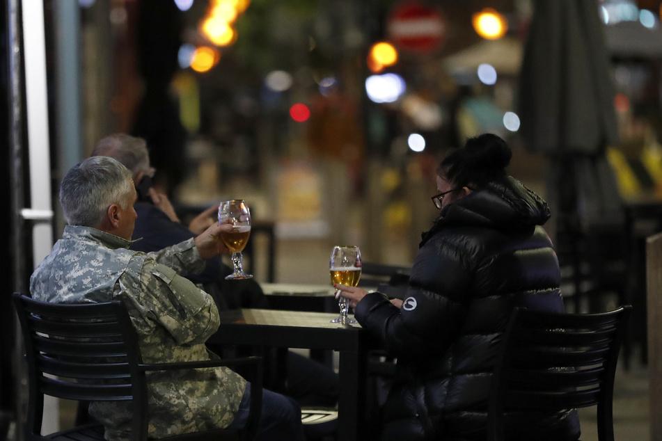 Auch wegen des Brexits fehlen in Großbritannien etliche Lastwagenfahrer - das hat nun auch Folgen für Pubs: In einigen Kneipen wird das Bier knapp.