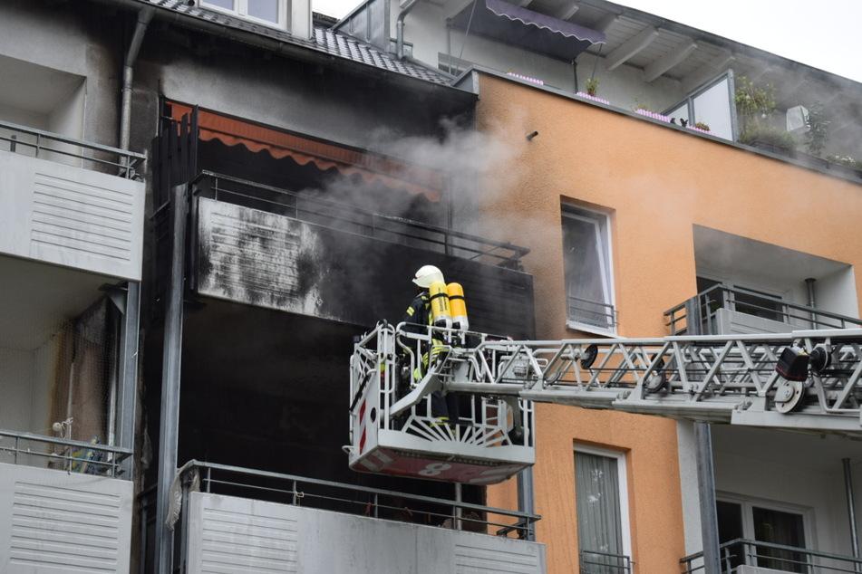Kameraden der Feuerwehr löschten den Wohnungsbrand in Köln-Vingst.