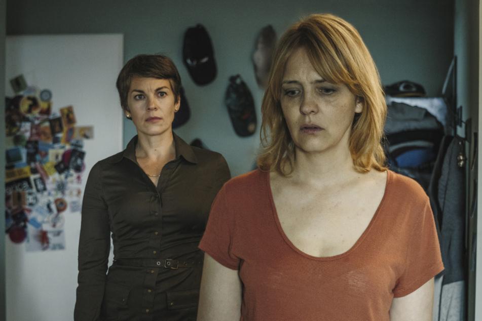 Als Judith Kovacic (Laura Tonke) sich im Zimmer ihres Sohns Basti umsieht, versucht Antonia Schellenberg (Victoria Mayer) sie zu beruhigen.