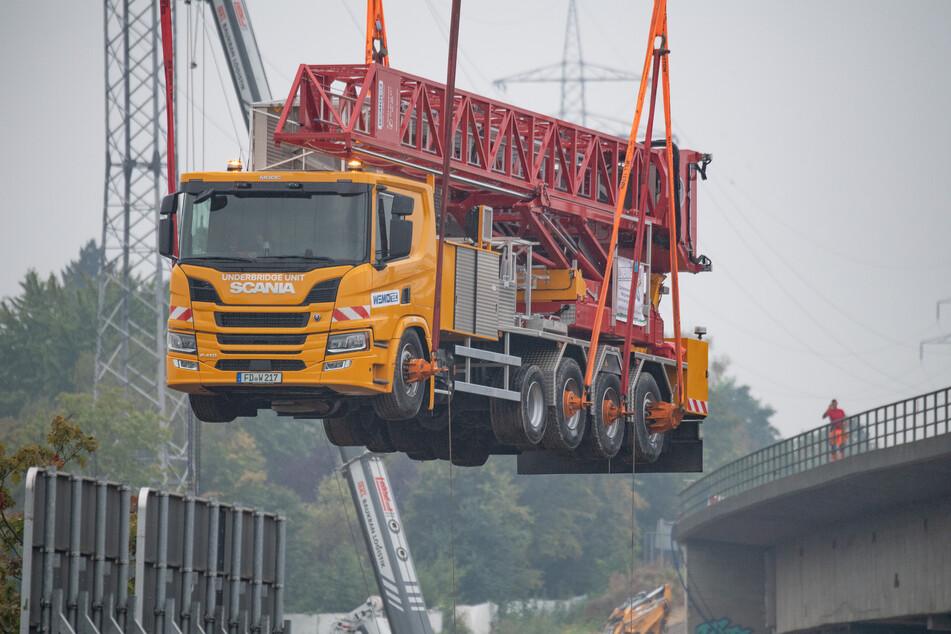 Das rund 750.000 Euro teure Fahrzeug hatte monatelang auf der einsturzgefährdeten Salzbachtalbrücke gestanden, die in den nächsten Wochen gesprengt werden soll.