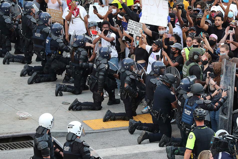 George Floyd: US-Polizisten knien vor Demonstranten nieder