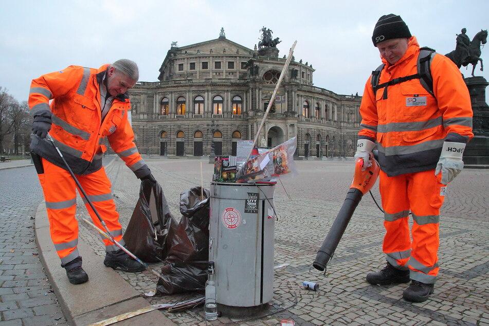 Michael Gärtner (49, l.) und Steffen Tomschke (56) räumten am 1. Januar 2020 den Silvester-Müll am Theaterplatz weg.