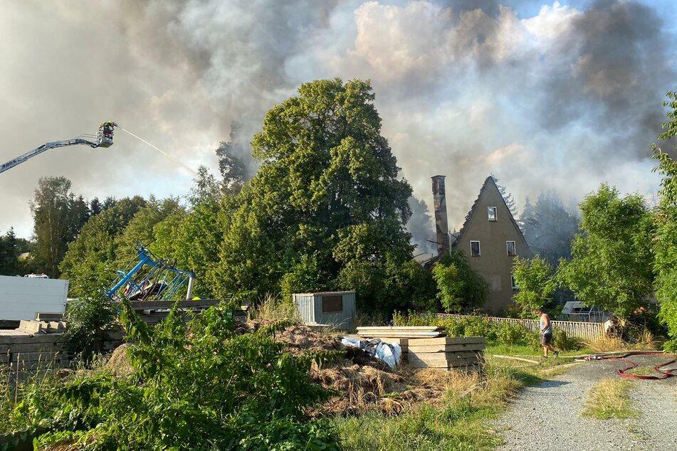 Großbrand in Amtsberg! Ein Dreiseitenhof brannte am Mittwochnachmittag komplett nieder. Die Rauchwolke ist kilometerweit zu sehen.