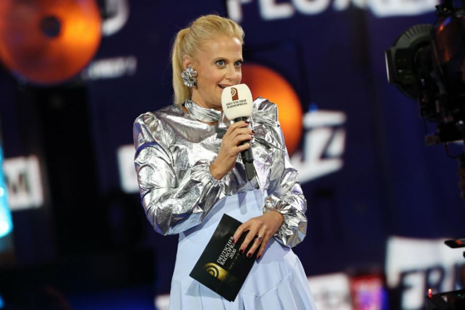 Mit diesem Outfit konnte sie bei ihren Netz-Anhängern keinen Blumentopf gewinnen: Barbara Schöneberger (46) steht während der Verleihung des 11. Deutschen Radiopreises auf der Bühne.