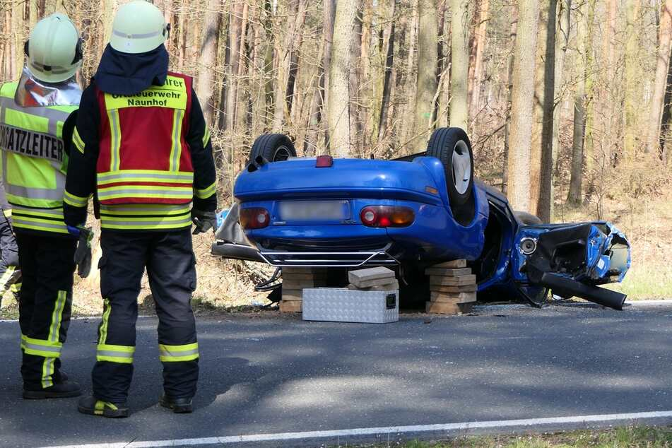 Auf der Verbindungsstraße zwischen Naunhof und Ammelshain hat sich am Sonntag ein Auto überschlagen.