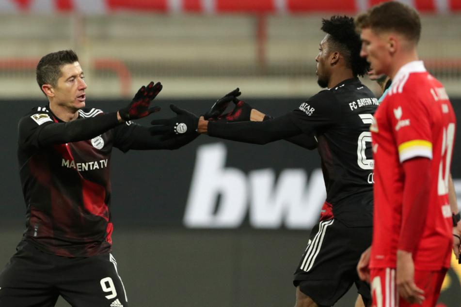 Bayerns Torjäger Robert Lewandowski (l.) und Kingsley Coman feiern den Treffer zum 1:1.