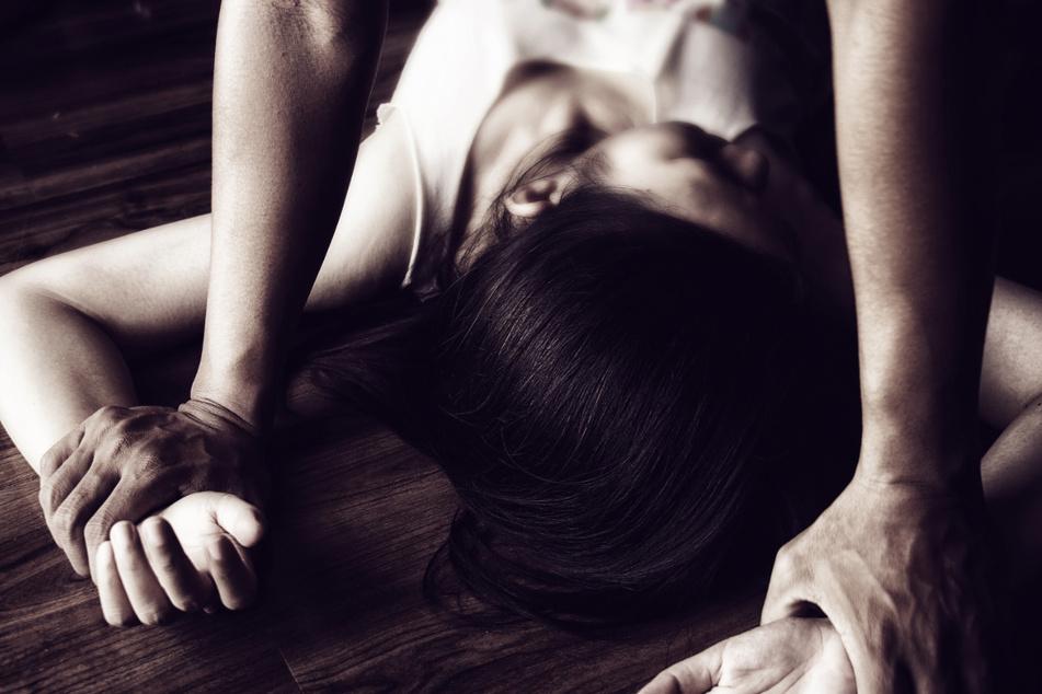 Zwei Teenager vergewaltigt: Bußgeld, weil sie Corona-Quarantäne gebrochen haben!