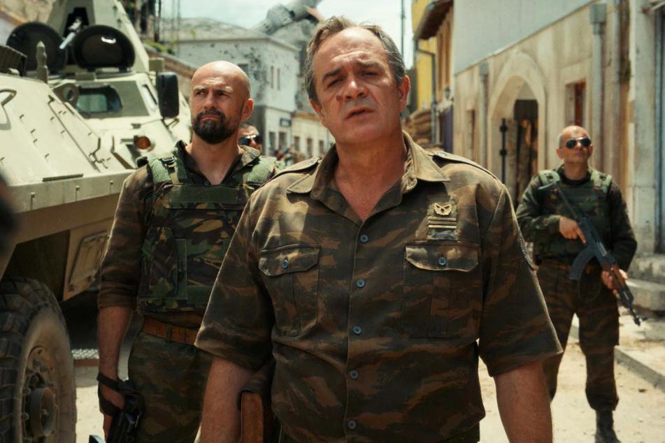 Der berüchtigte serbische General Ratko Mladic (Boris Isakovic, 54, v.) treibt seine barbarischen Pläne im Geheimen voran.