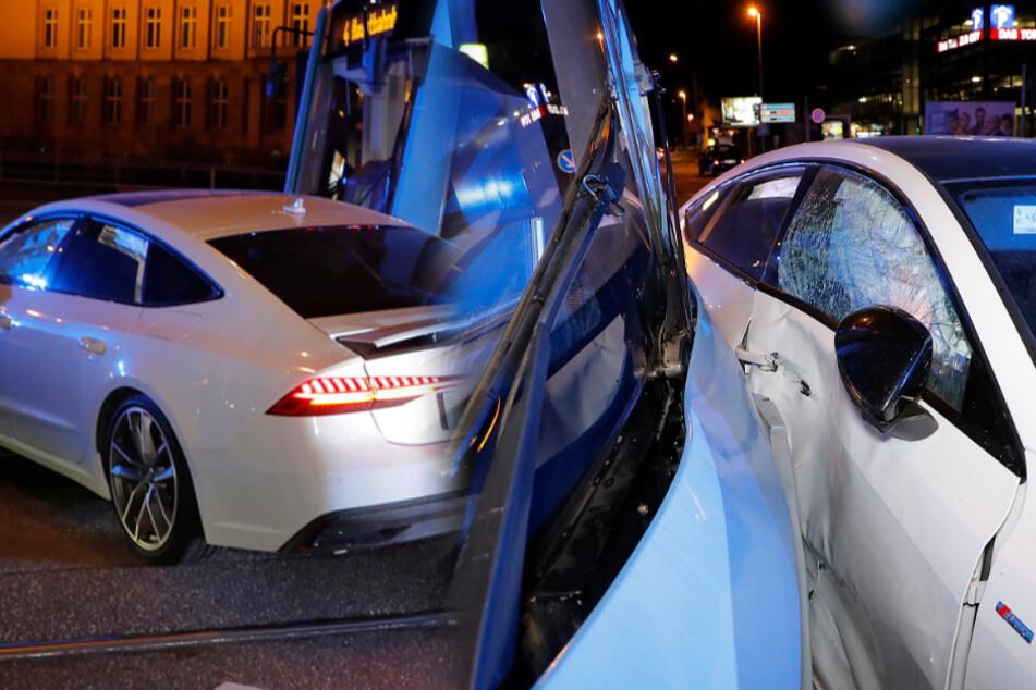 Audi kollidiert mit Straßenbahn in der City: Mindestens eine verletzte Person