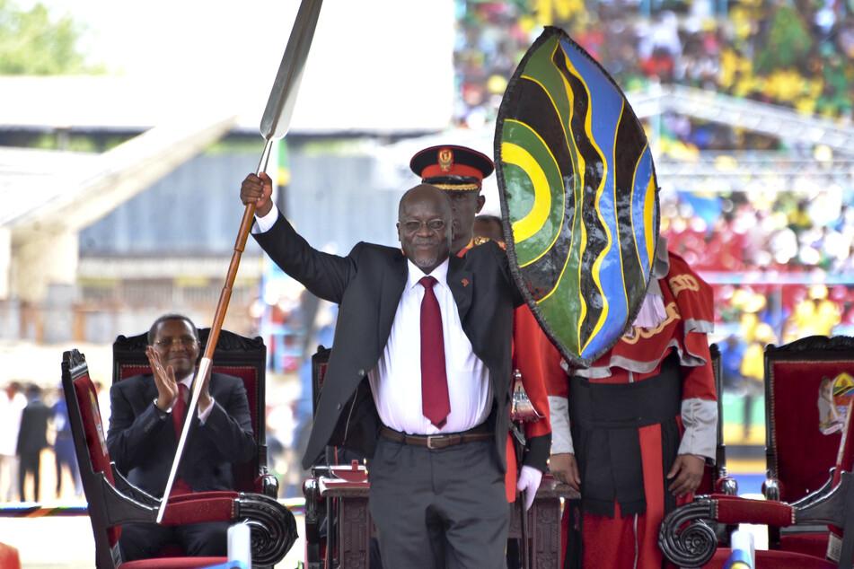 Magufuli hält einen Speer und Schild, um den Beginn seiner Präsidentschaft zu kennzeichnen (Archivbild).