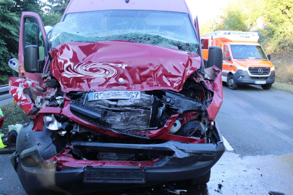 Sprinter fährt ungebremst in Sattelschlepper, zwei Schwerverletzte